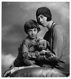 Christopher Robin på sin mors skød