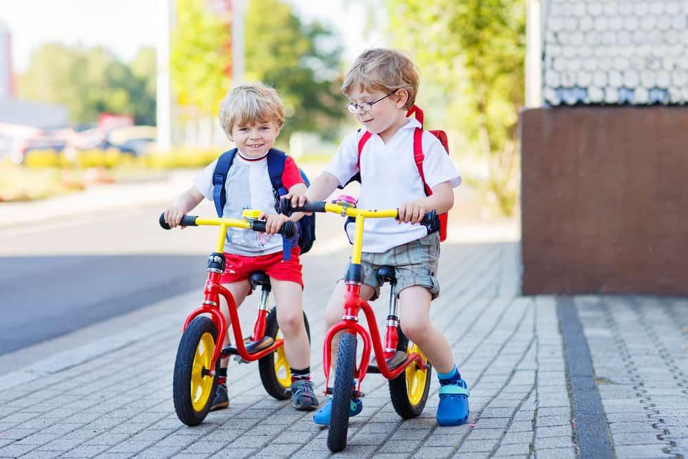 glade drenge på deres nye cykel